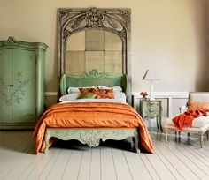 Traditional bedroom design uses the warmth of wood mixed with a flavor of past designs to bring a romance. Traditional bedroom design uses ornately carved, dark wood pieces and gently curving lines to give a room a sense of elegance and history. Bedroom Green, Bedroom Sets, Dream Bedroom, Home Bedroom, Bedroom Decor, Green Bedrooms, Modern Bedroom, Master Bedroom, Shabby Chic Bedrooms