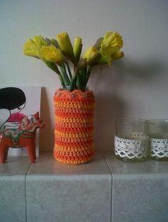 A pasta jar, some cotton yarn, a crochet hook, one evening & some flowers later... ta-dah!