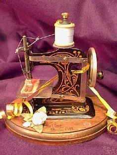 Müller Model O circa 1912 Modern Sewing Machines, Treadle Sewing Machines, Antique Sewing Machines, Serger Sewing, Sewing Toys, Antique Toys, Vintage Toys, Sewing Machine Accessories, Vintage Sewing Notions