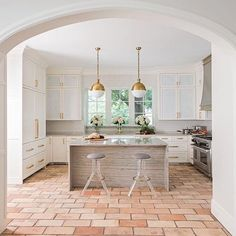 These Visual Comfort Hicks Pendants by #ThomasObrien complement the brass detailing in this beautiful kitchen by Isler Homes!  #visualcomfort #lighting #pendants #kitchendesign #dallasdesign #taylorsonten