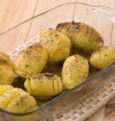 Si vous cherchez une recette pour épater vos invités, les pommes de terre rôties à la suédoise sont parfaites. Cuites au four, ces pommes de terre, aussi appelées Hasselback potatoes, sont moelleuses et croustillantes à la fois.