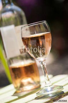 verre et bouteille de vin rosé
