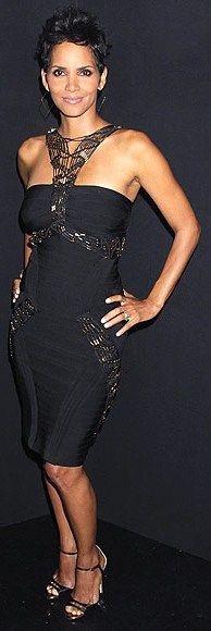 Halle Berry in Herve Leger at Whitney Houston Grammy Concert Tribute Halle Berry Short Hair, Halle Berry Style, Halle Berry Hot, Hally Berry, Cleveland, Glamour, Night Looks, Classy Women, Dress To Impress