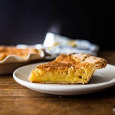 Diese süße Tarte mit klebriger Buttermilchfüllung bekommt durch die Zitrone eine frische Note.