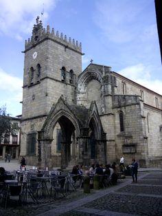 Guimaraes. Centro histórico. Largo da Oliveira. Padrao do Salado