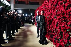 Museum of Modern Art's Film Benefit. For the 2011 Museum of Modern Art's film benefit in New York, the celebrity arrivals backdrop wasn't a step-and-repeat of logos, but rather a wall of fresh crimson-colored roses designed by Raul Avila. Wall Of Roses, Rose Wall, Wall Backdrops, Photo Booth Backdrop, Wedding Backdrops, Photo Backdrops, Wedding Receptions, Wedding Ceremony, Raul Avila