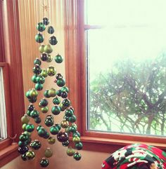 That's so cute! A Xmas tree made out entirely of ornaments!.... genius! #Holiday