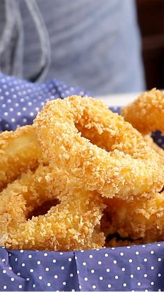 Você vai querer provar esses irresistíveis e saborosos anéis de cebola recheados com queijo muçarela.