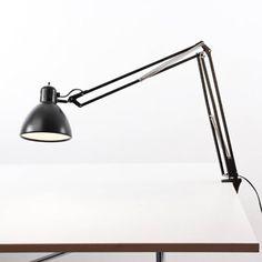 Bereits 1933 von Archivio Storico wurde die NASKA Leuchtenfamilie für den italienischen Hersteller FontanaArte entworfen. Bis heute hat die Leuchte durch ihre ikonische Form nichts an Aktualität verloren und gehört eindeutig zu den Designklassikern. Der Arm ist absolut flexibel in jede Richtung schwenkbar. Hier in der Variante mit der Tischklemme.Hersteller: FontanaArte