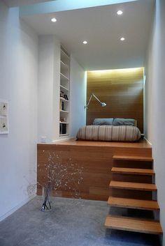 lit estrade en bois avec des marches