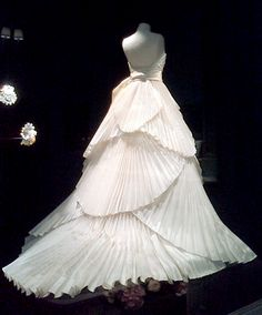 gorgeous skirt on this gown Bridal Outfits, Bridal Gowns, Wedding Gowns, Vintage Dior, Vintage Fashion, Beautiful Gowns, Beautiful Outfits, Gypsy Fashion, Fashion History