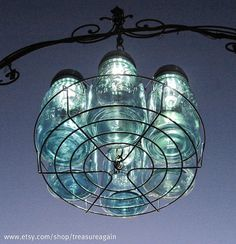 I love this Clever mason jar light. I've sought out quite mason jar lights but this one really grabbed me. I love this Clever mason jar light. I've sought out quite mason jar lights but this one really grabbed me. Mason Jar Solar Lights, Mason Jar Lighting, Mason Jar Chandelier, Bottle Chandelier, Mason Jar Projects, Mason Jar Crafts, Diy Projects, Garden Projects, Garden Ideas