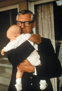 Cary Grant photographed by Philippe Halsman with his daughter Jennifer, Golden Age Of Hollywood, Vintage Hollywood, Hollywood Stars, Classic Hollywood, Deborah Kerr, Cary Grant Daughter, Gary Grant, I Look To You, Today Pictures