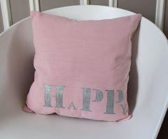 """Housse de coussin en coton rose """"HAPPY"""" de la boutique LeGrenierDHuPa sur Etsy"""