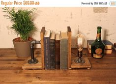 25% OFF verkoop industriële verlichting Boekensteun lamp, rustieke verlichting, tafellamp, steampunk lamp, vintage verlichting, tabel, licht, verlichting, unieke lamp, pi door UrbanIndustrialCraft op Etsy https://www.etsy.com/nl/listing/208761444/25-off-verkoop-industriele-verlichting
