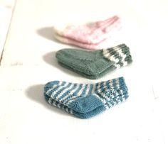 BabySoxx - Basic instructions BabySoxx by Stine & Stitch size foot length: 10 / cm material L - Easy Knit Hat, Easy Knit Baby Blanket, Loom Knit Hat, Knit Hat For Men, Knitted Baby Blankets, Knitted Hats, Knitting Stitches, Baby Knitting, Knitting Patterns