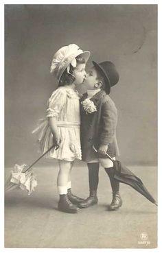 Niños con beso años 50's #kids #kisses #vintage