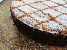 Alguém pediu uma bomba calórica? Deixo-vos uma tarte feita com ovos, amêndoas, açúcar e doce de gila. Um pecado da gula. Para comer fa...