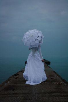 ► Vestido de novia con un paraguas. #vestidosdenovia