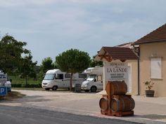 Domaine La Lande in Monbazillac (Frankrijk). Goede herinneringen aan deze gratis camperplaats bij monsieur Camus. We zijn hier in 2009 en 2012 geweest. Er wordt hier heerlijke wijn verkocht!! En gezellige proeverij 's avonds, al verstonden we er weinig tot niets van... :-)