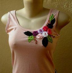 """Camiseta de malha,  cor nude, tamanho """"M"""", bordada com flores  em fitas de cetim e folhas em tecido voil , detalhe com resinas."""