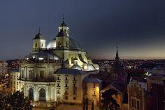 Cada día, la cúpula de San Francisco el Grande se termina apoderando del cielo de Madrid... vía Twitter @SecretosdeMadri