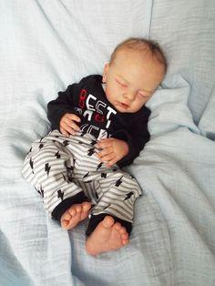 Sweet little Yannie by Gudrun Legler ~ Limited Edition Reborn Baby Boy Dolls, Real Baby Dolls, Newborn Baby Dolls, Reborn Babies, Reborn Silicone, Silicone Baby Dolls, Young Baby, Beautiful Dolls, Riker Lynch