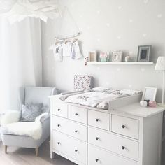 Kinderzimmer Ikea Hemnes Wickeltisch You are in the right place about baby room decor bear Here we offer you the most beautiful pictures about the … Baby Boy Rooms, Baby Bedroom, Baby Room Decor, Baby Boy Nurseries, Kids Bedroom, Baby Wallpaper, Room Wallpaper, Wallpaper Ideas, Neutral Wallpaper