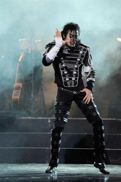 This is NOT Michael Jackson. It's another impersonator... Michael never used that outfit on stage.  And we can see clearly that it is not him. More photos here --» https://pt.pinterest.com/carlamartinsmj/is-not-michael-jackson/  ---- by @carlamartinsmj