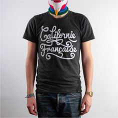 Californie Française  Voici notre premier gros coup de coeur de l'année ! Il s'agit de la jeune et discrète marque Californie Française. Comme souvent, tout part d'un délire entres potes… Les fondateurs, émigrés en Auvergne, appellent la région la « Californie Française » pour susciter curiosité et sourire auprès de leurs contacts qui raillent le coin. Quelques soirées plus tard...  http://www.grafitee.fr/tee-shirt/californie-francaise/  #lifestyle #fashion #streetwear #type #Tshirts #France