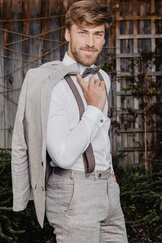 Rustic groom attire become more and more popular. Waistcoats, suspenders, caps and jeans all combine to achieve rustic groom attire. Groomsmen Attire Grey, Groom Attire, Groom And Groomsmen, Groom Suits, Men's Suits, Wedding Groom, Wedding Men, Wedding Suits, Wedding Ideas