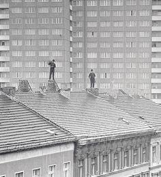Zwei Schornsteinfeger 1975 in Berlin-Mitte bei der Arbeit.