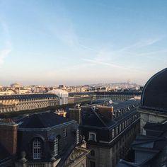 Bonjour Paris ✨ (ik zie, ik zie, de Sacre Coeur!☝🏼️) #grandhoteldupalaisroyal #uitzichtjehoor #paris #sacrecoeur #regram