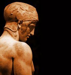 Ares Borghese (Siglo V aC). Anónimo (Quizá Alcámenes). Grecia Clásica. Detalle. // Copia romana (Siglo II ó I aC) de una obra griega perdida que representa un joven guerrero desnudo en actitud pensativa, únicamente armado con su casco y lanza. Se identifica como Ares, aunque no hay certeza. La representación de Ares es rara en el mundo griego, especialmente en la escultura. Se ha pensado que puede derivar de un original de Alcámenes, alumno de Fidias, o ser una obra clasicizante del…