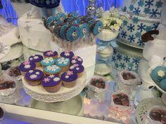 Cupcake com recheio de nutella  Decoração no tema Frozen - Disney.  Floquinhos de neve  Muito lindo