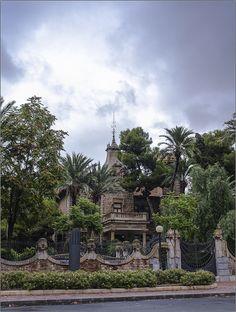 La Casa Zapata fue construida en un estilo modernista de inspiración gótica, muy frecuente en Cataluña, de donde era originario el arquitecto Víctor Beltrí. Destacan en el exterior el pórtico sobre columnas y torre almenada y los remates de influencia vienesa en el muro, y ya en el interior el patio cubierto por una vidriera de estilo árabe.