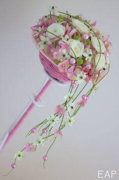 Bouquet bijou retombant www.emily-alarcon-fleuriste.com