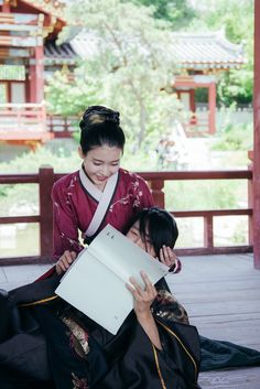 Jun ki don't know the line and search over the script with the help of iu #funny