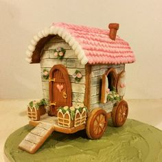 GINGERBREAD HOUSE~Gingerbread Wagen Christmas Gingerbread House, Gingerbread Man, Gingerbread Cookies, Caravan Cake, Royal Icing Cookies, Iced Cookies, Cute Cookies, Sugar Cookies, Christmas Cookies