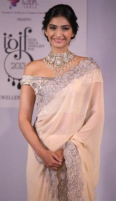 sonam kapoor in stunning white sari with sexy silver off-the-shoulder blouse and silver border, and radiant silver necklace The blouse style is so great paired with the necklace Sonam Kapoor Saree, Priyanka Chopra, Deepika Padukone, Blouse Back Neck Designs, Best Blouse Designs, Sari Blouse Designs, Indian Dresses, Indian Outfits, Indian Clothes
