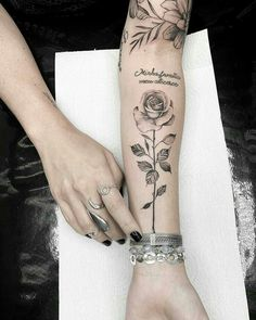 14 tattoo artists in Rio de Janeiro with the AGENDA OPEN! tatoo feminina, tatoo feminina delicada, t Mommy Tattoos, New Tattoos, Body Art Tattoos, Sleeve Tattoos, Tattoos For Guys, Cool Tattoos, Single Rose Tattoos, Rose Tattoos For Women, Unique Tattoos
