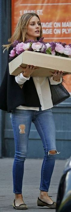 olivia palermo Who made Olivia Palermos black cape, handbag, and blue ripped jeans? Estilo Olivia Palermo, Olivia Palermo Lookbook, Look Fashion, Street Fashion, Net Fashion, Estilo Glamour, Blue Ripped Jeans, Mein Style, Looks Style