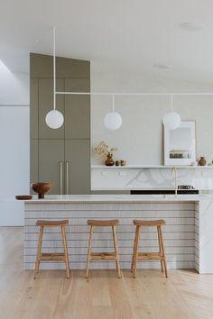 Kitchen Benchtops, Green Kitchen Cabinets, Kitchen Cabinetry, Kitchen Island, Interior Desing, Home Interior, Interior Design Kitchen, Kitchen Decor, Küchen Design