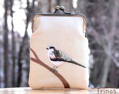 ★この作品の特徴★  八ヶ岳南麓に生息する野鳥たちの、愛らしい姿を刺繍したスマホポーチです。 エナガの特徴である長い尾と、もちもちとした綿毛のような毛並みを、...|ハンドメイド、手作り、手仕事品の通販・販売・購入ならCreema。