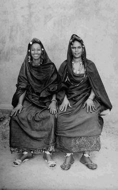 Africa | Moorish Haratine women. ca. 1949/51. Mali | ©Seydou Keita