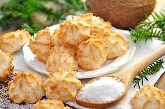 Bílkové pusinky ochucené kokosem, oříšky a rozinkami
