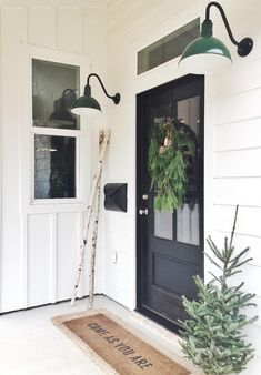 Key Characteristics of Modern Farmhouse Homes 47 Rustic Farmhouse Porch Decorating Ideas to Show Off This Season Farmhouse Decor, Front Porch Decorating, House Styles, Exterior Design, Modern Farmhouse Exterior, Entrance Decor, Farmhouse Front, Farmhouse Christmas, Front Door Design