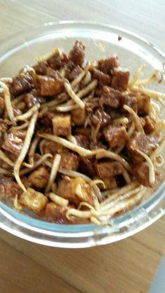 Ketoprak Tahoe,tempeh,tauge 2 eetl.pindakaas,ketjap,theelepel asem,zout peper,knoflook. Tahoe en tempe in blokjes snijden en afzondelijk in de olie bakken en op keukenpapier uit laten lekken. Pasta maken van de pindakaas,ketjap,kruiden en opbakken in de olie daarna de tahoe,tempe en tauge erdoor mengen van het vuur afhalen en af laten koelen
