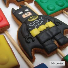 Lego Batman pro David . Informações e cursos em www.mcookies.com.br . . #cookiesdecorados #feitoemcuritiba #sugarcookies #bolachasdecoradas #biscoitosdecorados #royalicingcookies #galletas #glacêreal #icingcookies #customcookies #royalicing #decoratedcookies #feitocomamor #artfood #artcookies #cookiedesigner #handmade #trabalhoartesanal #legocookies #batmancookies #legobatman