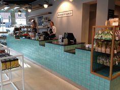 De toonbank van Bilder  de Clercq in Amsterdam met onze Málaga tegels.